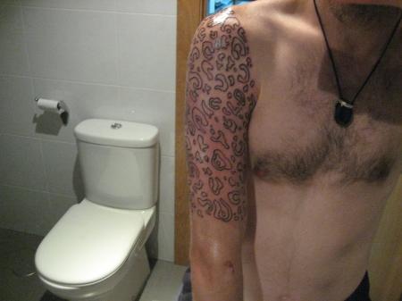 Las rojeces no son tinta, simplemente que tenia el brazo irritado de la paliza de la aguja....